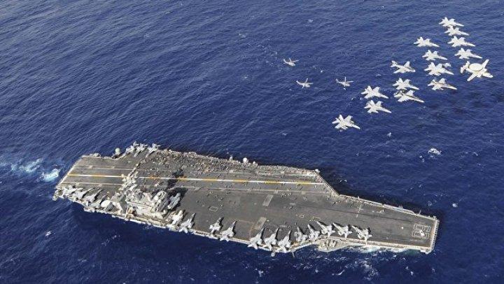 На борту американского авианосца винтом самолета убило моряка