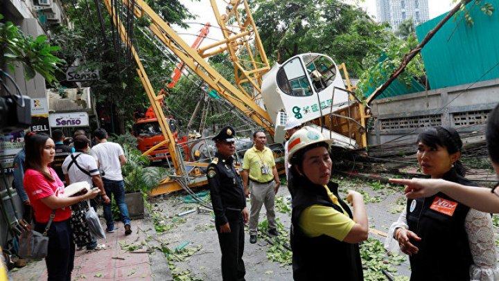 В центре Бангкока упал строительный кран