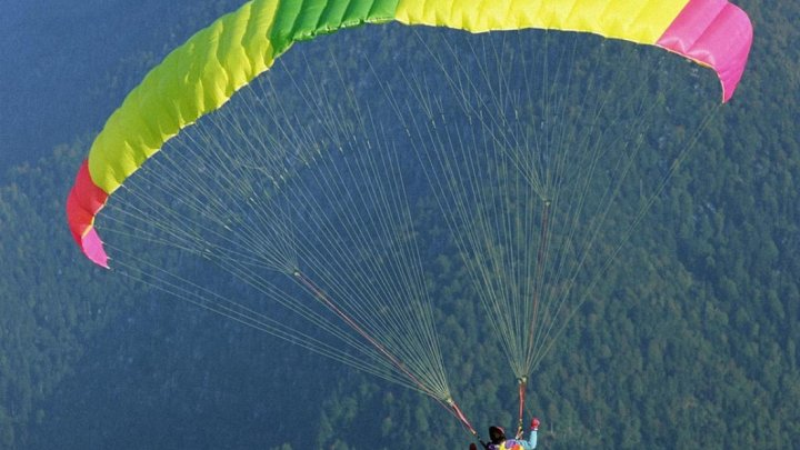 Туристов, катающихся на парашюте в Краснодарском крае, ударило током