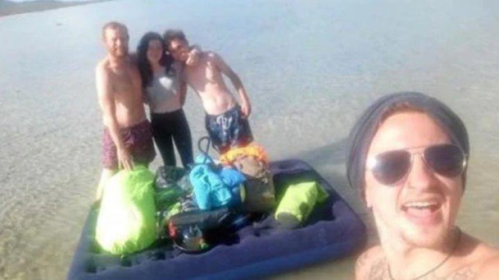 Туристы продырявили матрас и застряли на необитаемом острове