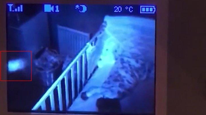 Отец снял призрак-няню возле годовалой дочери