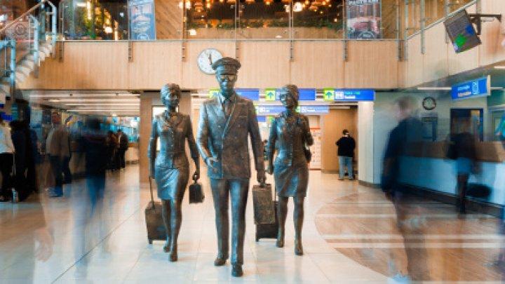 """В столичном аэропорту появилась скульптура """"Экипаж"""""""