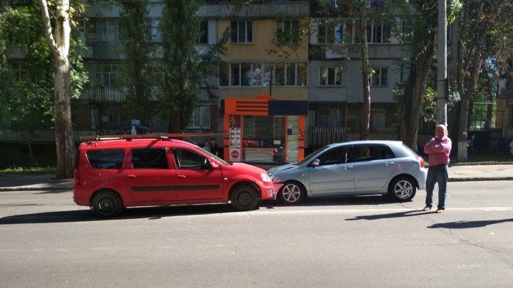 Две машины столкнулись лоб в лоб на улице Ион Крянгэ: фото