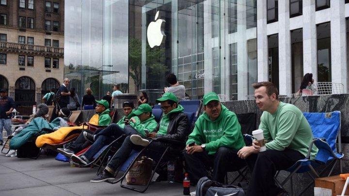 Huawei раздала бесплатные пауэрбанки в очереди за новыми iPhone