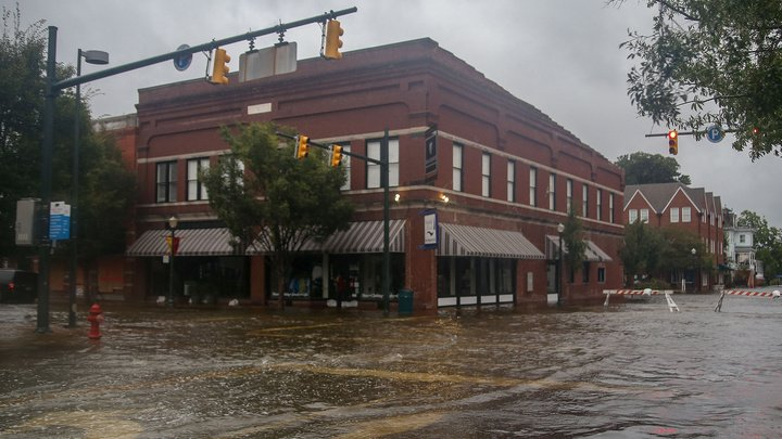 В Северной Каролине произошло более 102 тысяч отключений электричества из-за урагана