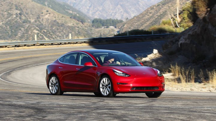 Tesla представила недорогой электрокар