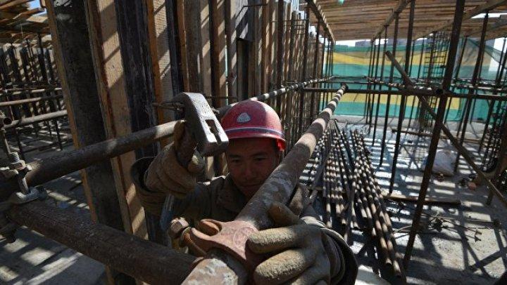 В Москве с рухнувших строительных лесов упали восемь рабочих
