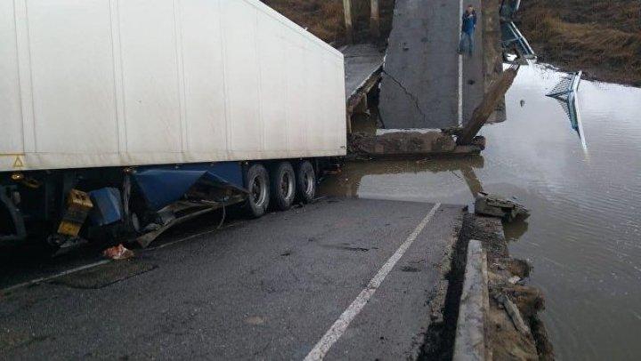 При обрушении моста в Приморье погибла женщина с ребенком