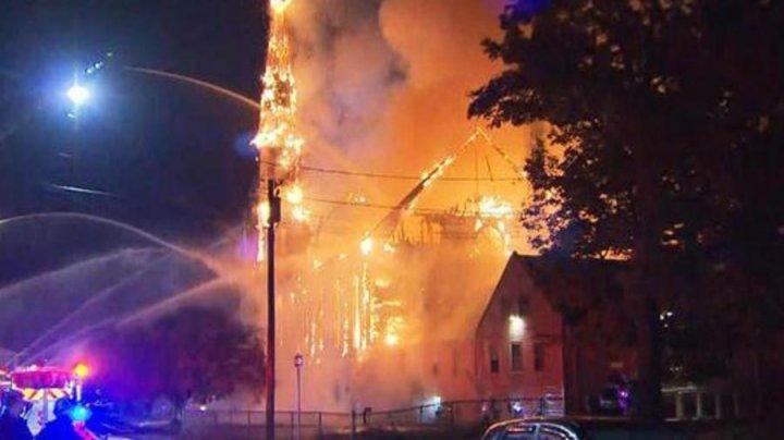 Апокалиптические кадры: В США церковь сгорела дотла после удара молнии