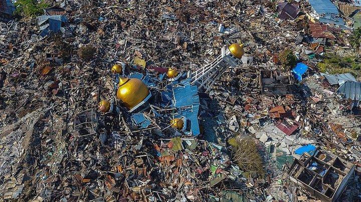 После цунами в Индонезии под завалами храма нашли тела 34 детей