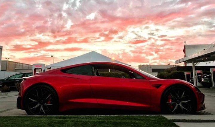 В Сети показали новый спорткар Tesla Roadster