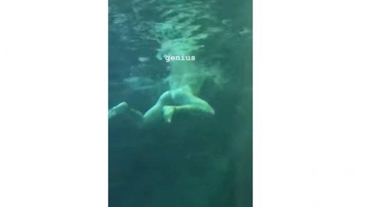 Мужчина разделся и прыгнул в аквариум с акулами