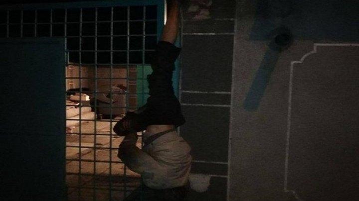 В Одессе вор украл просроченное пиво и застрял на заборе
