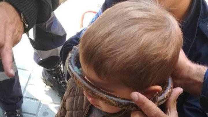 В Гагаузии спасли трёхлетнего мальчика, застрявшего в воротах: фото