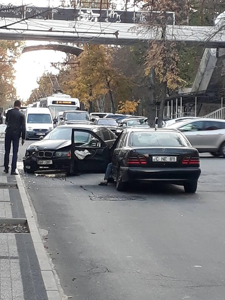 """""""BMW"""" и """"Mercedes"""" столкнулись в центре Кишинёва: фото"""