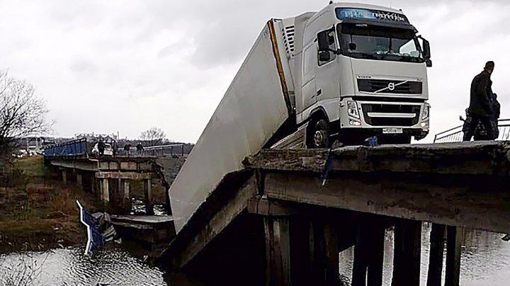 В Приморье автомобильный мост рухнул под большегрузом: видео