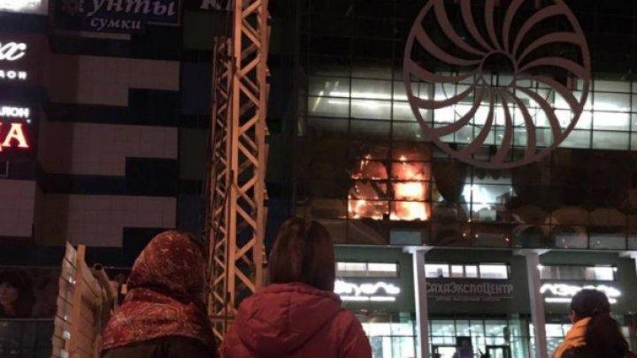 В Якутске загорелся торговый центр