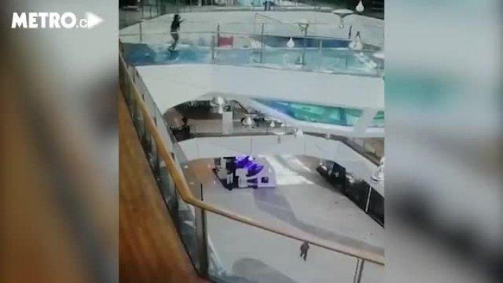 В Китае работница торгового центра упала в бассейн с голодными акулами