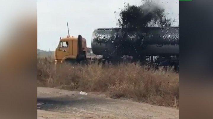 Из автоцистерны фонтаном ударила нефть: видео