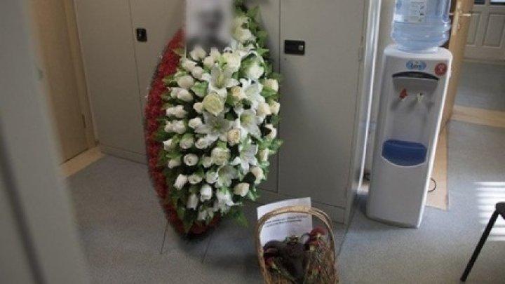 В редакцию российской газеты прислали похоронный венок с головой барана