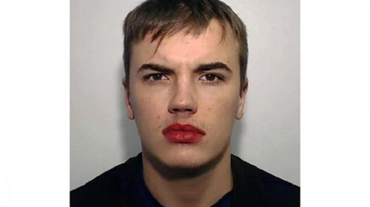 В сети высмеяли преступника с помадой на губах