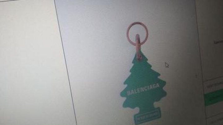Бренд Balenciaga заподозрили в плагиате дизайна с копеечного ароматизатора