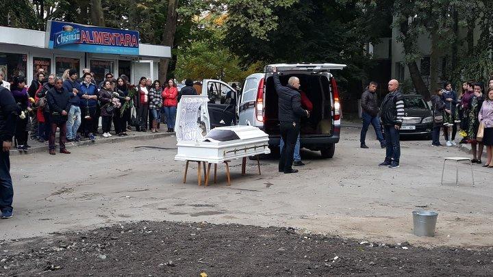 Взрыв на Рышкановке: погибшую женщину с ребёнком провожают в последний путь (фото)