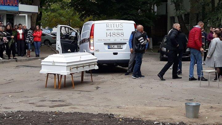 Взрыв на Рышкановке: погибшую женщину с ребёнком провожают в последний путь (видео)