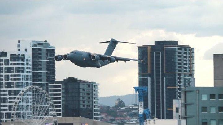В Австралии самолёт пролетел по городу, маневрируя между зданиями (видео)