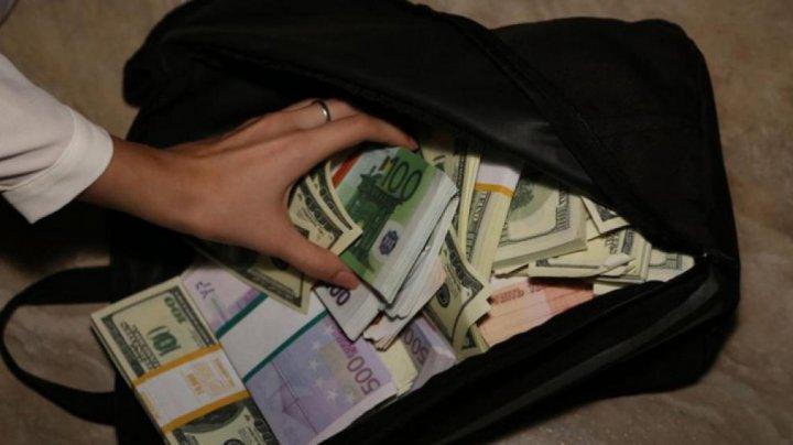 Честные туристы нашли мешок с деньгами и отдали плачущей старушке