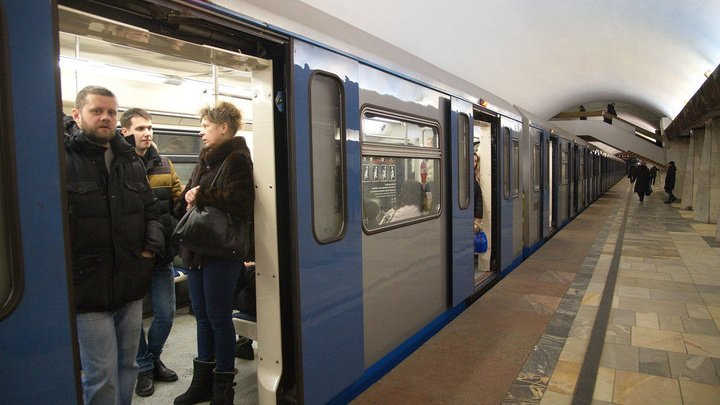 """Мужчина упал под поезд на станции метро """"Тверская"""" и выжил"""
