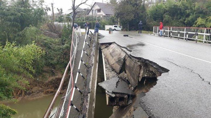 В Сочи обрушился автомобильный мост (фото)