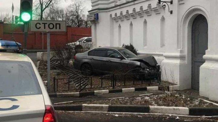 В Москве водитель на BMW врезался в забор храма Иоанна Богослова