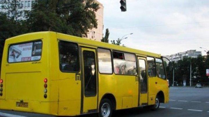 В Черкассах женщина выпала из маршрутки, водитель продолжил движение (видео)