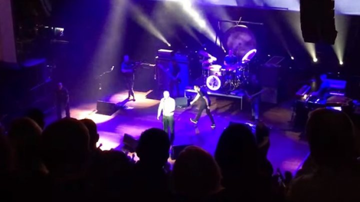 Фанат сорвал концерт, атаковав артиста на сцене