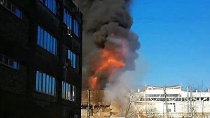 В России горит завод по производству жидкости для розжига