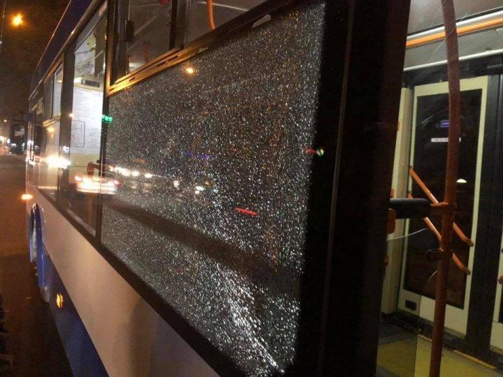 Стрельба на Рышкановке: неизвестные обстреляли троллейбусы из пневматического оружия (фото)