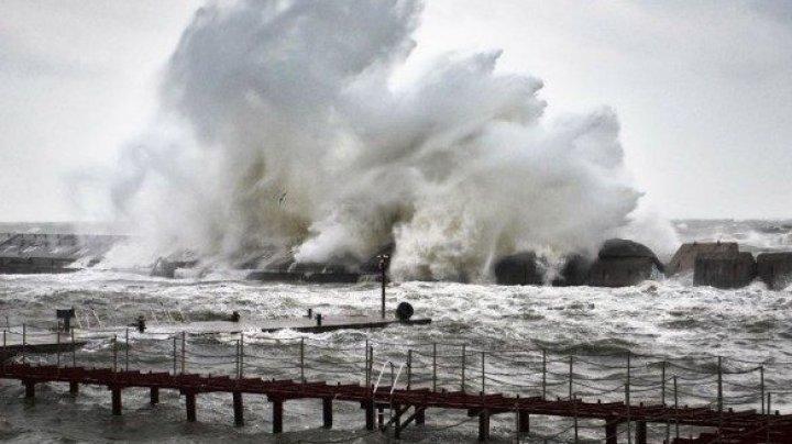 Шторм в Одессе: волны смыли пляж