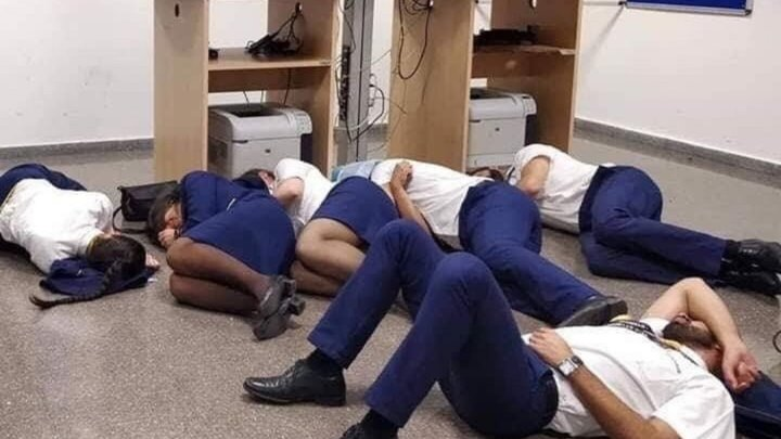 """Ryanair уволила шестерых сотрудников за фото, где они """"спят"""" на полу"""