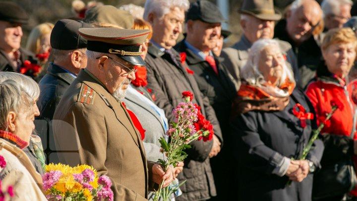 События Октябрьской революции вспоминали в Кишиневе у памятника Ленина: фоторепортаж