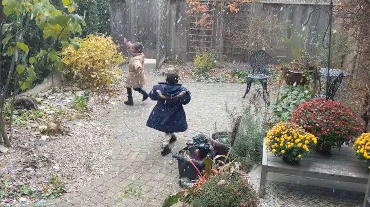 Видео, на котором дети-мигранты впервые увидели снег, стало популярным в Канаде