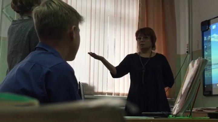 Учительница назвала школьницу приемной из-за одежды
