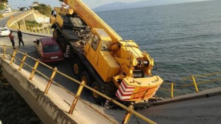 В Греции рухнул автомобильный мост