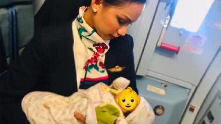 Сердобольная стюардесса накормила грудью чужого ребенка