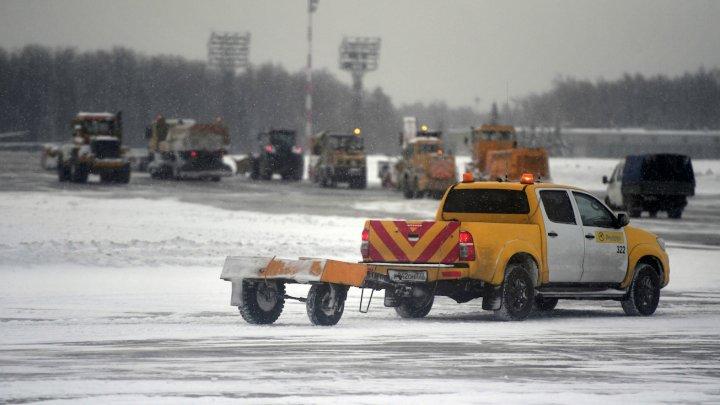 Более 20 рейсов задержано в Москве из-за снегопада, десять — отменено