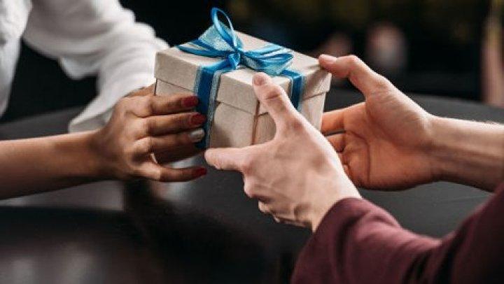 Исследователи чикагского университета выяснили, что приятнее: дарить подарки или получать