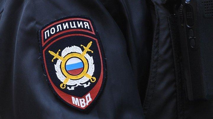 В России полицейский пытался скормить задержанному телефон