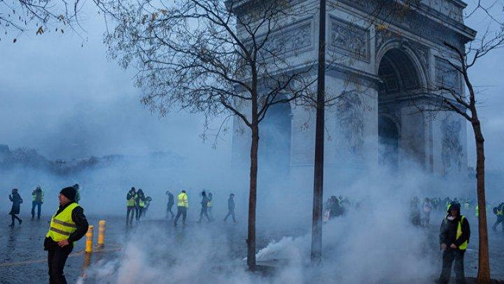 В Париже 13 человек обвинили в разграблении Триумфальной арки