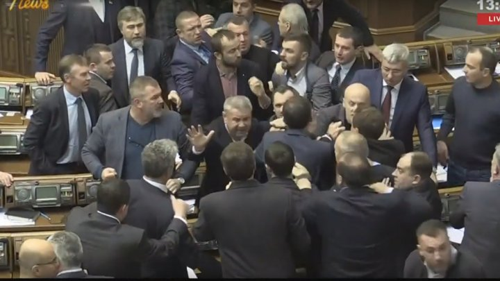 Депутаты Рады устроили массовую драку после принятия закона об УПЦ