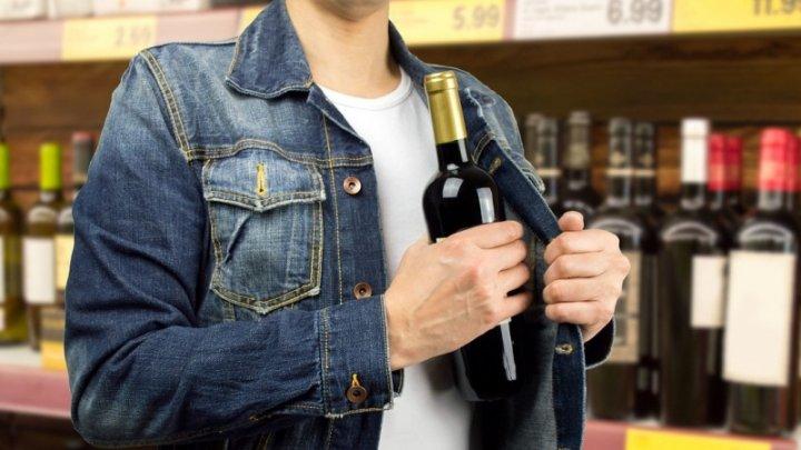 Москвич украл 12 бутылок алкоголя, и охранники побоялись его останавливать (видео)